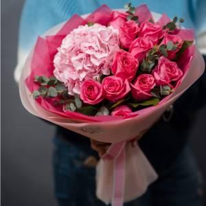 Букет розовые розы и гортензия R1712