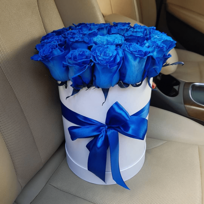 19 синих роз в высокой коробке R549