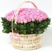 Корзина 75 розовых роз с зеленью R270
